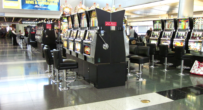 Máquinas tragaperras en el aeropuerto de Las Vegas